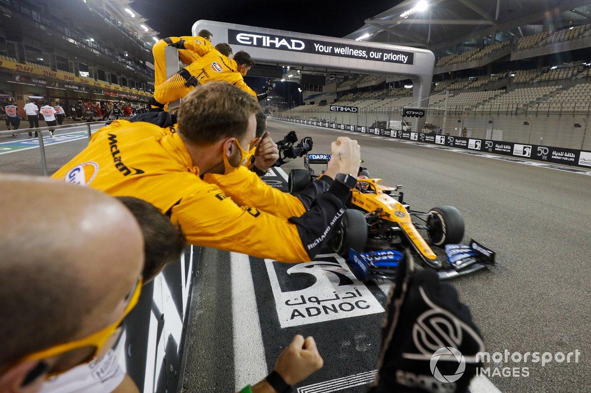Lando Norris, McLaren MCL35 cruza la línea para tomar la bandera a cuadros