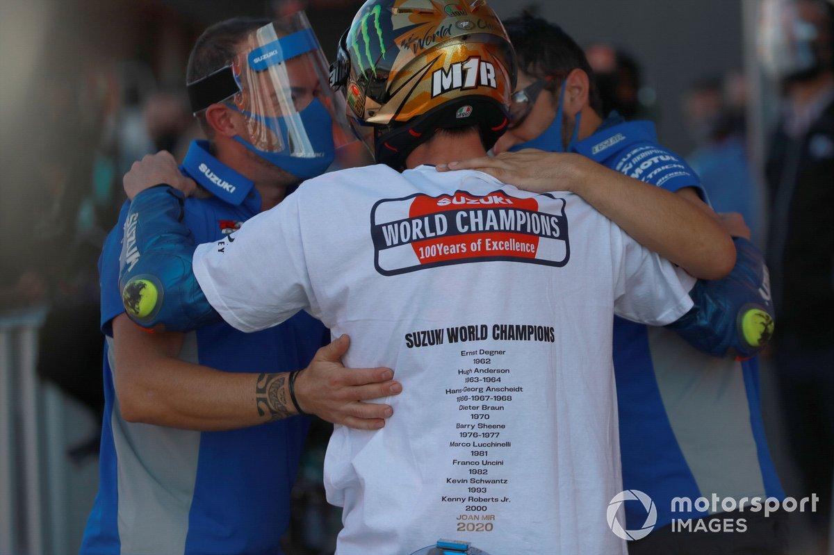 Dua anggota Team Suzuki Ecstar menyambut kesuksesan Joan Mir menjadi juara dunia MotoGP 2020
