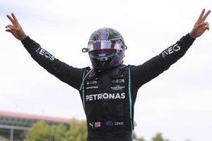 Lewis Hamilton, Mercedes, 1 ° posto, arriva nel Parc Ferme