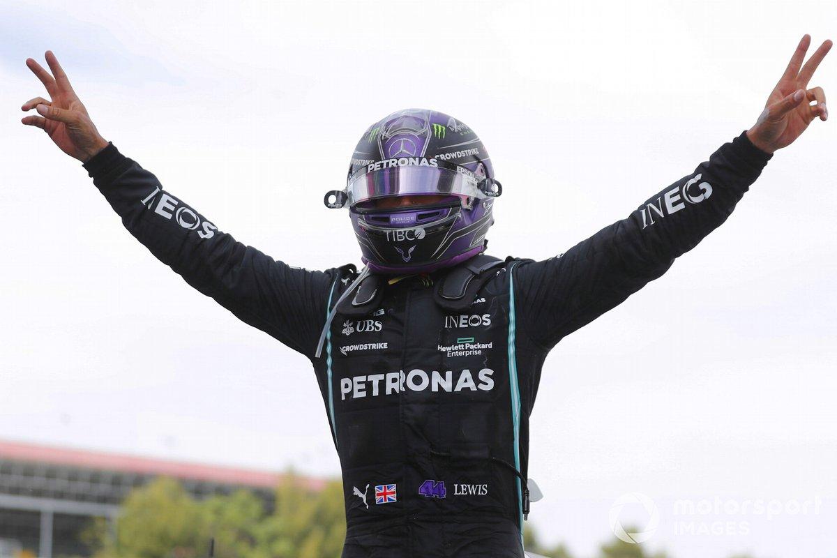 Ganador Lewis Hamilton, Mercedes, en Parc Ferme