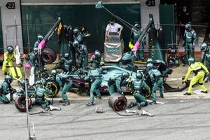 Sebastian Vettel, Aston Martin AMR21, ai box
