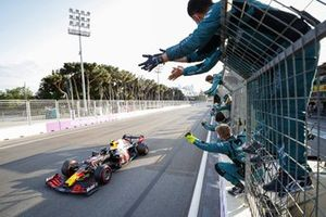 Sergio Perez, Red Bull Racing RB16B, 1 posizione, viene applaudito dai membri del team Aston Martin