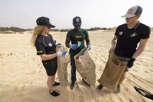 Mikaela Ahlin-Kottulinsky, Kevin Hansen, JBXE Extreme-E Team aiutano a pulire la spiaggia