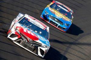 Kyle Busch, Joe Gibbs Racing, Toyota Camry M&M's Red, White & Blue, Ryan Blaney, Team Penske, Ford Mustang BodyArmor EDGE