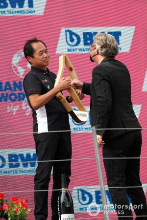 Toyoharu Tanabe, F1 Technical Director, Honda, receives the Constructors trophy on the podium