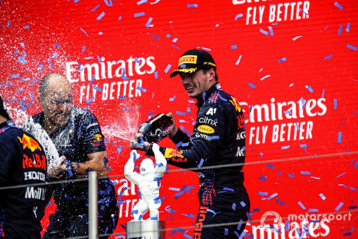 Max Verstappen, Red Bull Racing, 1° classificato, sul podio