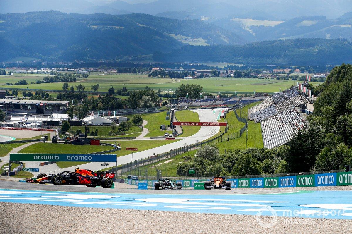 Sergio Perez, Red Bull Racing RB16B, Daniel Ricciardo, McLaren MCL35M, e Sebastian Vettel, Aston Martin AMR21