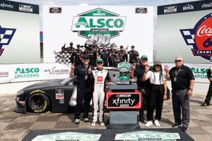 Ganador Ty Giibs, Joe Gibbs Racing, Toyota Supra Joe Gibbs Racing celebra en victory lane
