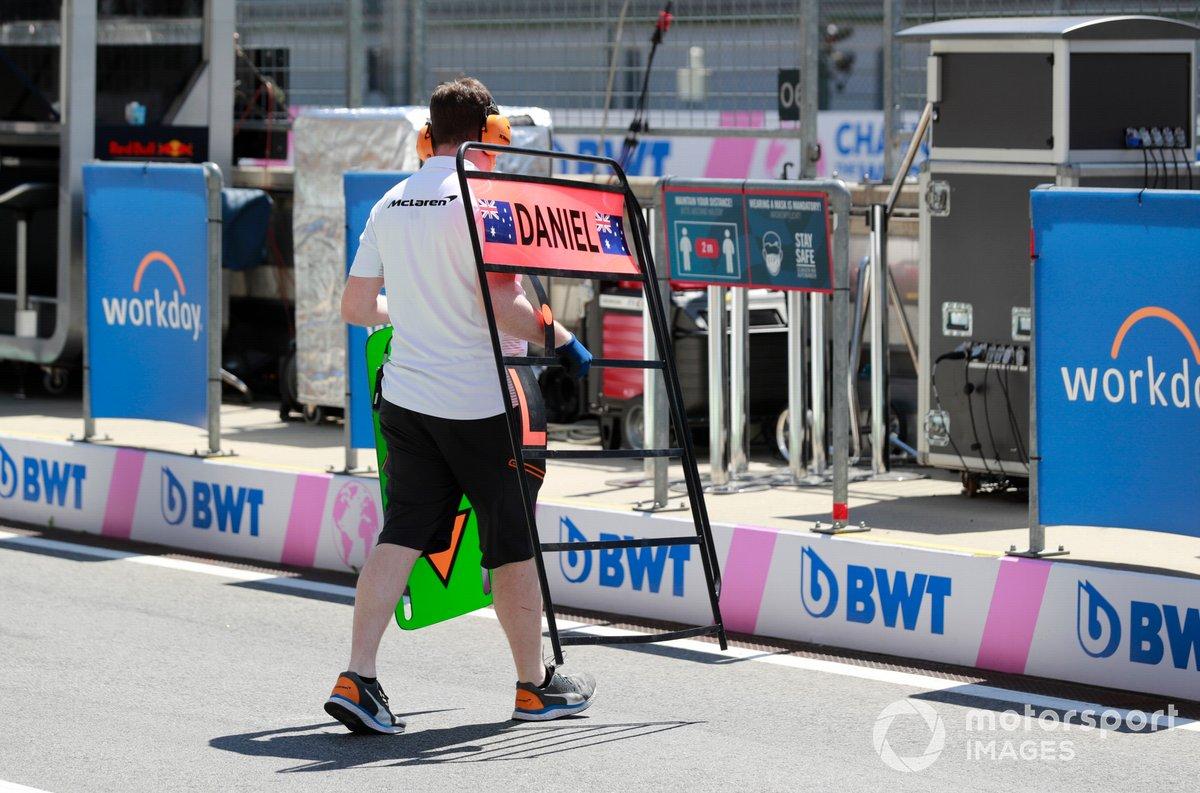 Mecánico con el cartel para Daniel Ricciardo, McLaren