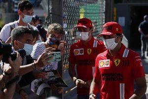Charles Leclerc, Ferrari, e Carlos Sainz Jr., Ferrari, fanno le foto con i fan