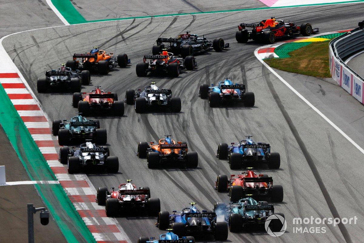 Arrancada Max Verstappen, Red Bull Racing RB16B, Lewis Hamilton, Mercedes W12, Lando Norris, McLaren MCL35M, Sergio Pérez, Red Bull Racing RB16B, Valtteri Bottas, Mercedes W12 y el resto del pelotón