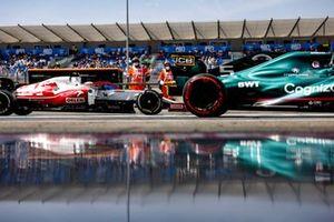Sebastian Vettel, Aston Martin AMR21, e Antonio Giovinazzi, Alfa Romeo Racing C41, in pit lane
