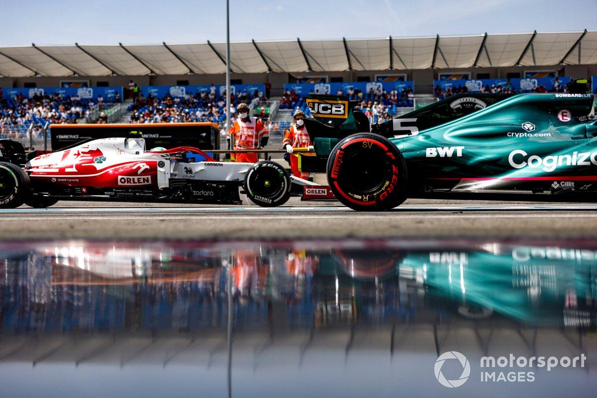 Sebastian Vettel, Aston Martin AMR21, Antonio Giovinazzi, Alfa Romeo Racing C41, en pit lane