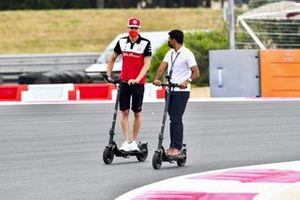 Antonio Giovinazzi, Alfa Romeo Racing e Karun Chandhok, Sky TV cammina in pista su un monopattino