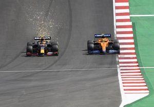 Sergio Perez, Red Bull Racing RB16B, fait des étincelles en affrontant Lando Norris, McLaren MCL35M