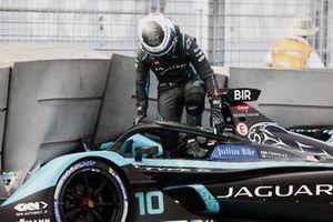 Sam Bird, Jaguar Racing, sale de su cabina después de estrellarse