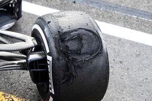 Шина автомобиля Макса Ферстаппена, Red Bull Racing RB16B, после аварии