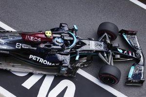 Valtteri Bottas, Mercedes W12, verlaat de pits