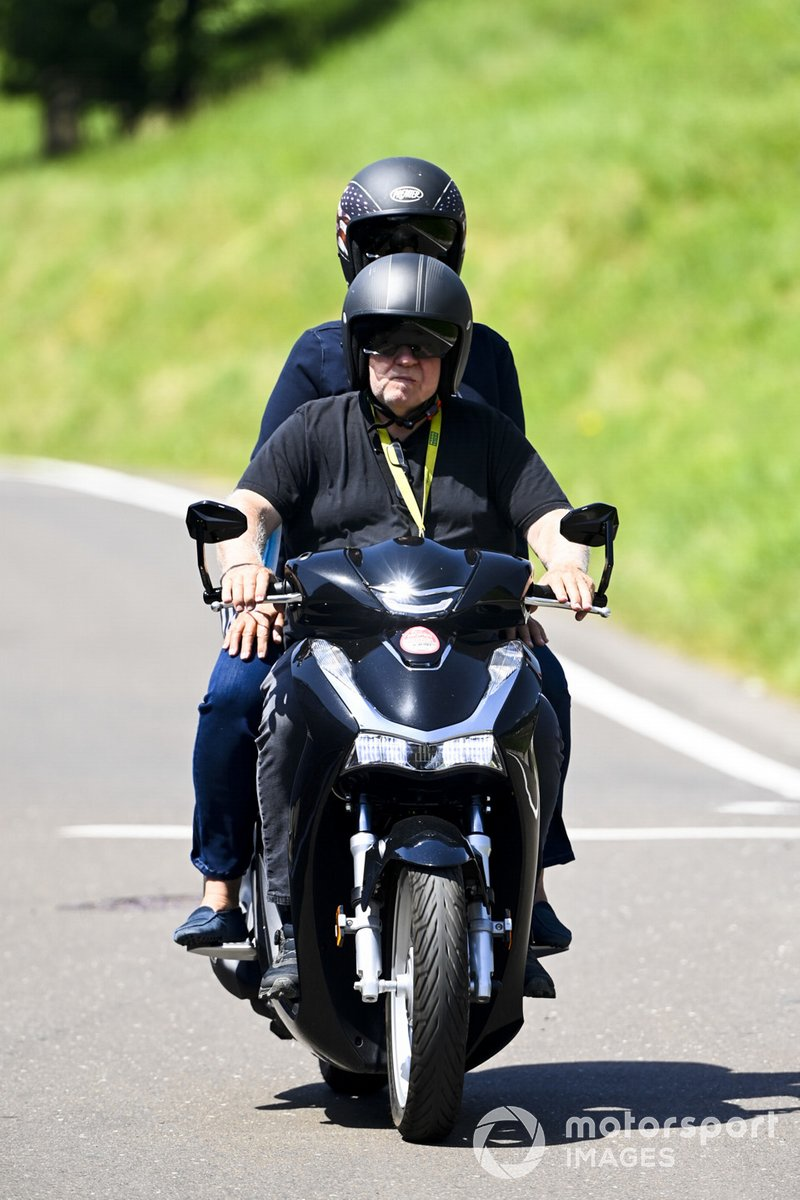 Norbert Vettel, padre de Sebastian Vettel, Aston Martin en un ciclomotor