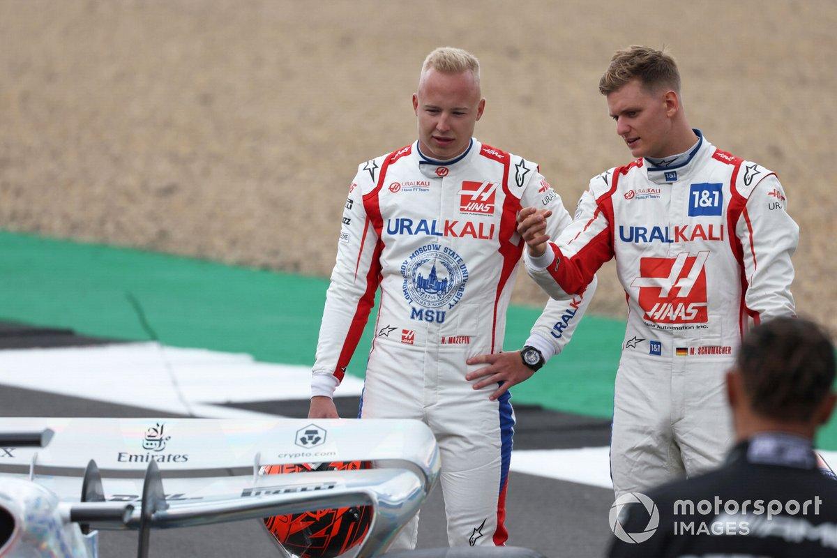 Nikita Mazepin, Haas F1, y Mick Schumacher, Haas F1, en la parrilla, antes de la presentación del coche de Fórmula 1 de 2022