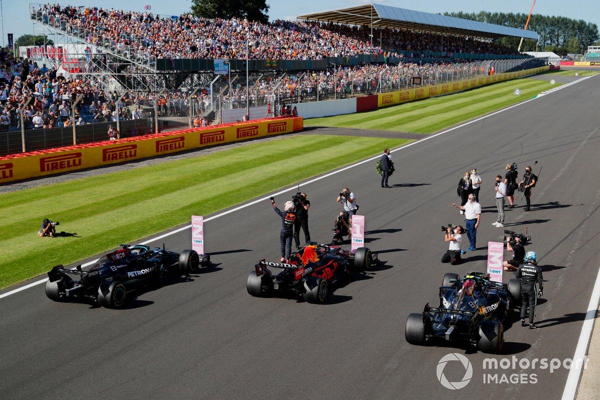 Los tres primeros lugares de la carrera Sprint: primer Puesto Max Verstappen, Red Bull Racing, segundo Lewis Hamilton Mercedes AMG, y tercero Valtteri Bottas Mercedes AMG
