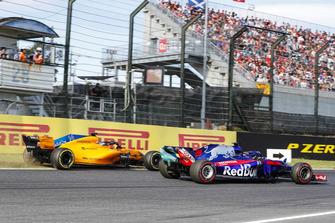 Fernando Alonso, McLaren MCL33, sort de la piste derrière Brendon Hartley, Toro Rosso STR13