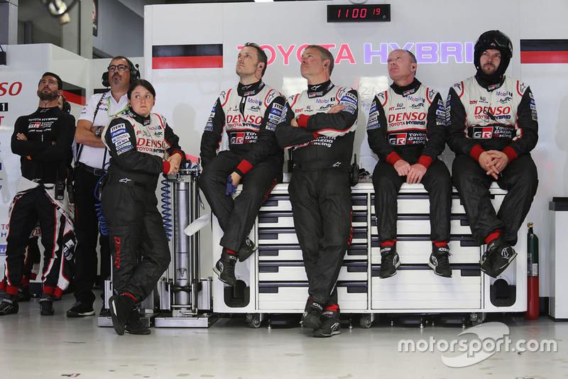 José María López, Toyota Gazoo Racing con miembros del equipo