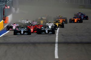 Valtteri Bottas, Mercedes-AMG F1 W09 y Lewis Hamilton, Mercedes-AMG F1 W09 al inicio