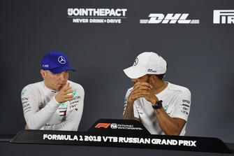 Valtteri Bottas, Mercedes AMG F1 en Lewis Hamilton, Mercedes AMG F1 tijdens de persconferentie