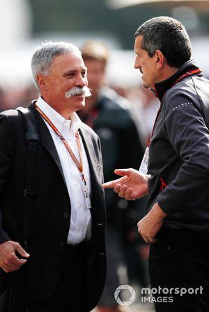 تشايس كاري، الرئيس التنفيذي لمجلس إدارة مجموعة الفورمولا واحد وغونتر شتاينر، مدير فريق هاس