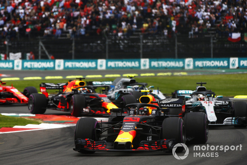 Max Verstappen, Red Bull Racing RB14, y Lewis Hamilton, Mercedes AMG F1 W09 EQ Power+