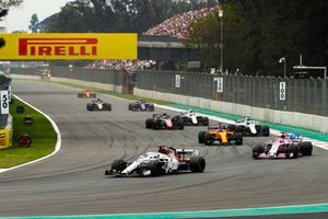 Marcus Ericsson, Sauber C37, leads Sergio Perez, Racing Point Force India VJM11, Fernando Alonso, McLaren MCL33, Lance Stroll, Williams FW41, Kevin Magnussen, Haas F1 Team VF-18, and Sergey Sirotkin, Williams FW41