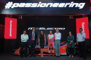 Dr. Pawan Goenka, Chairman Mahindra Racing, Patrick Carre, VP, Shell Golbal Lubricants, Gul Panag, Jerome D'Ambrosio, Mahindra Racing, Ruzbeh Irani, President, Mahindra Group, Mansi Tripathy, MD, Shell Lubricants India and Dilbagh Gill, Team Principal, Mahindra Racing