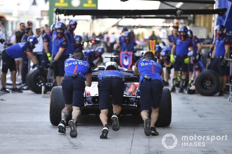 Команда Scuderia Toro Rosso отрабатывает процедуру пит-стопа