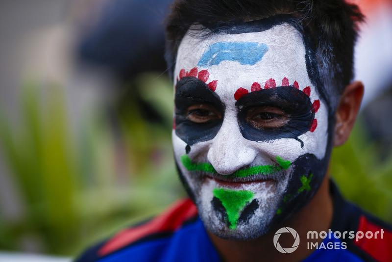 Un mecánico de Toro Rosso se pinta una calavera