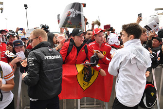 Valtteri Bottas, Mercedes AMG F1 en Charles Leclerc, Sauber met de fans