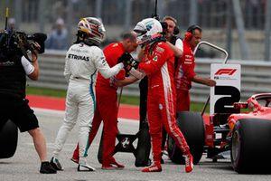 Ganador de la pole Lewis Hamilton, Mercedes AMG F1 celebra en Parc Ferme con Sebastian Vettel, Ferrari