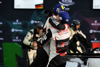 Podium LMP1 : les vainqueurs Mike Conway, Kamui Kobayashi, Jose Maria Lopez, Toyota Gazoo Racing