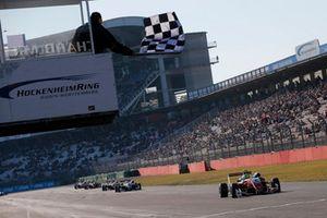 Mick Schumacher, PREMA Theodore Racing Dallara F317 - Mercedes-Benz, franchit la ligne d'arrivée
