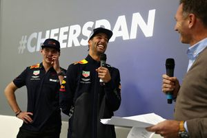 Max Verstappen, Red Bull Racing; Daniel Ricciardo, Red Bull Racing, y Christian Horner, jefe de Red Bull Racing, le hablan al equipo Red Bull Racing