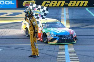 Yarış galibi Kyle Busch, Joe Gibbs Racing, Toyota Camry M&M's