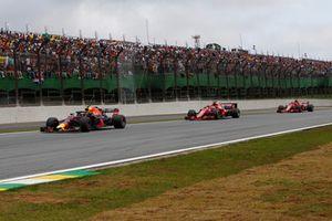 Max Verstappen, Red Bull Racing RB14 devant Kimi Raikkonen, Ferrari SF71H et Sebastian Vettel, Ferrari SF71H