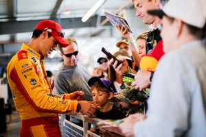 Joey Logano, Team Penske, Ford Fusion Shell Pennzoil with fans