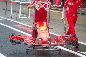 Un meccanico Ferrari con un'ala anteriore della SF71H, con la nuova livrea Ferrari