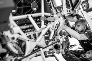 X-Raid Mini JCW Team mechanic at work