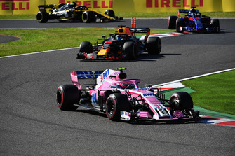 Esteban Ocon, Racing Point Force India VJM11 voor Daniel Ricciardo, Red Bull Racing RB14 en Brendon Hartley, Scuderia Toro Rosso STR13