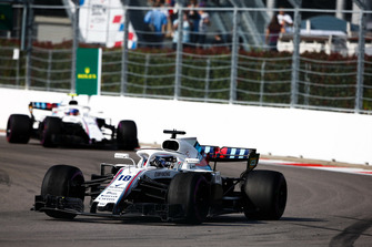 Lance Stroll, Williams FW41, precede Sergey Sirotkin, Williams FW41