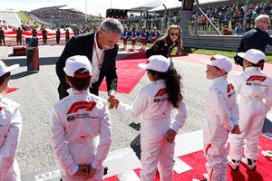 Chase Carey, voorzitter Formule 1, met grid kids