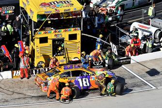 Kyle Busch, Joe Gibbs Racing, Toyota Camry M&M's Halloween, effettua un pit stop