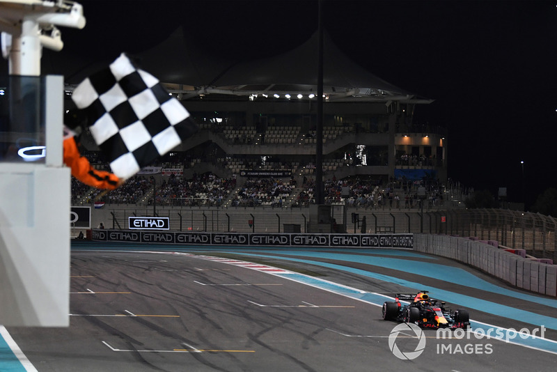 Daniel Ricciardo, Red Bull Racing RB14 takes the chequered flag at the end of Qualifying